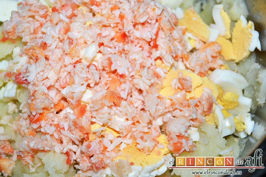 Ensaladilla con langostinos, cangrejo ruso, papas y huevos, retirar las partes duras del cangrejo desmenuzado si las hubiera y añadimos la carne