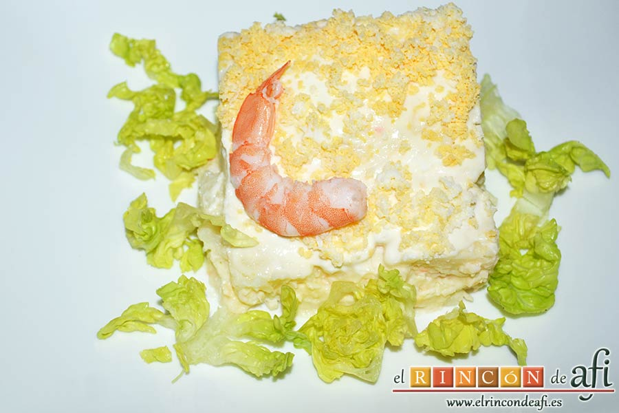 Ensaladilla con langostinos, cangrejo ruso, papas y huevos, sugerencia de presentación