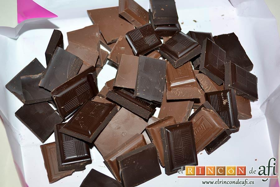 Flan de chocolate, trocear los chocolates