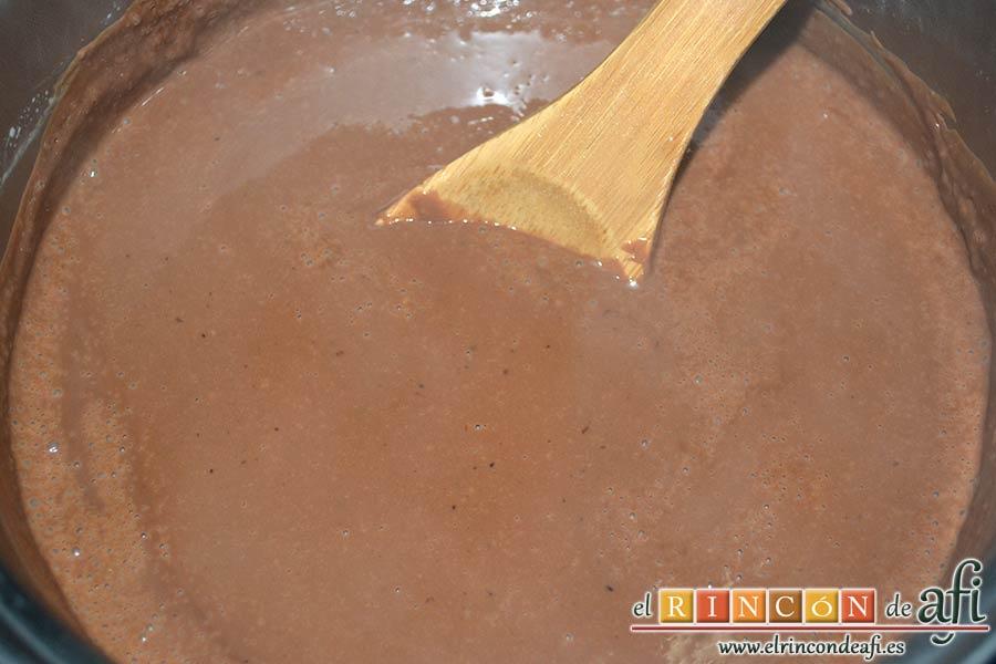 Flan de chocolate, remover bien un poco más con cuchara de madera