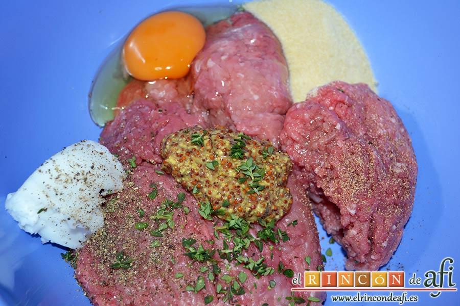 Frikadellen, hamburguesas alemanas especiadas, poner en un bol amplio las carnes picadas con el huevo, el pan rallado, la mostaza antigua, la manteca y las especias