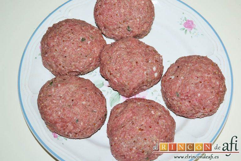 Frikadellen, hamburguesas alemanas especiadas, dejar reposar en la nevera y dividir la carne en seis bolas