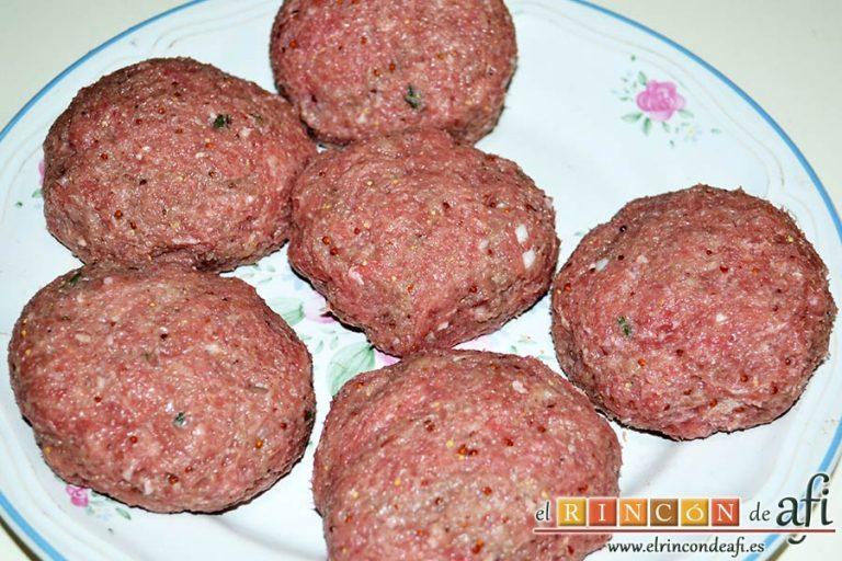 Frikadellen, hamburguesas alemanas especiadas, aplastarlas hasta formar las hamburguesas