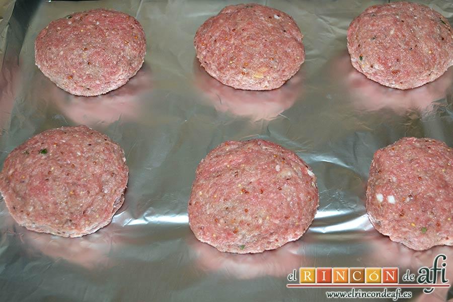 Frikadellen, hamburguesas alemanas especiadas, hornearlas 8 minutos por un lado y 4 por el otro