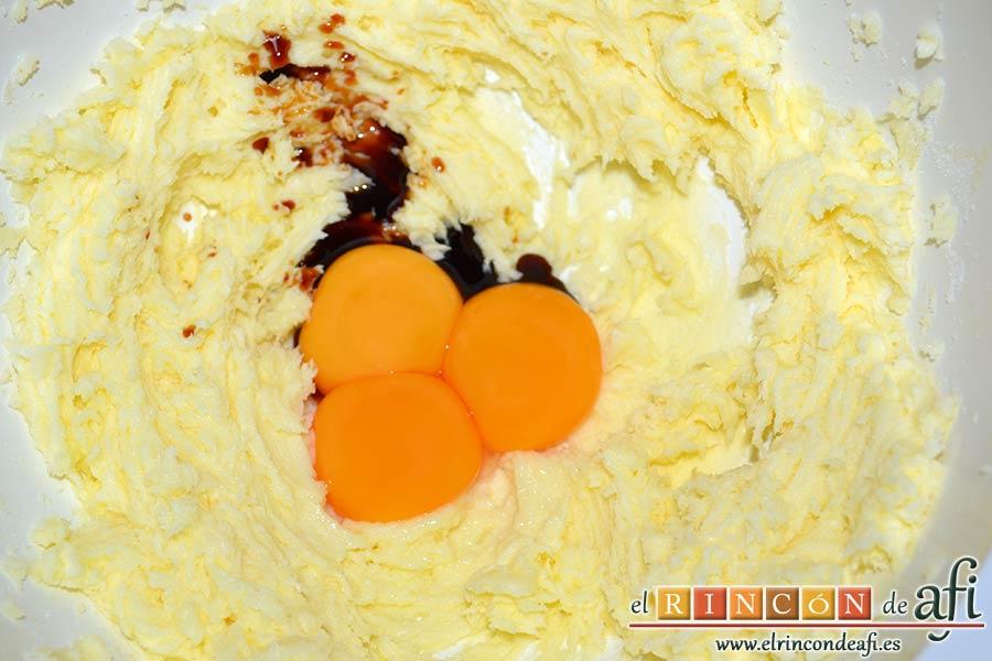 Galletas Linzer, añadir los huevos y el extracto de vainilla