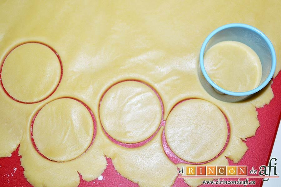 Galletas Linzer, cortar con cortapastas en forma de círculo las bases de las galletas