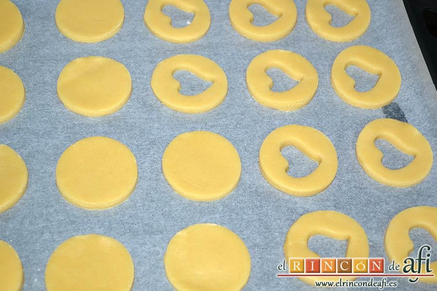 Galletas Linzer, colocar las galletas en una bandeja de horno con papel de hornear formando parejas