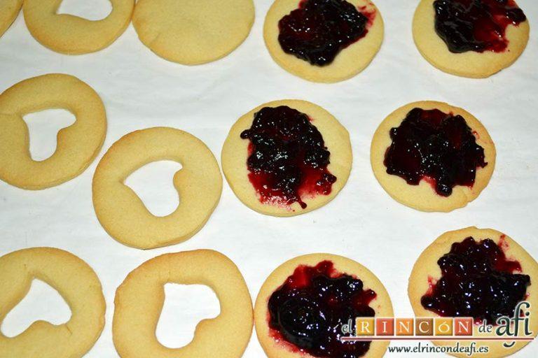 Galletas Linzer, untar de mermelada la parte inferior de las galletas