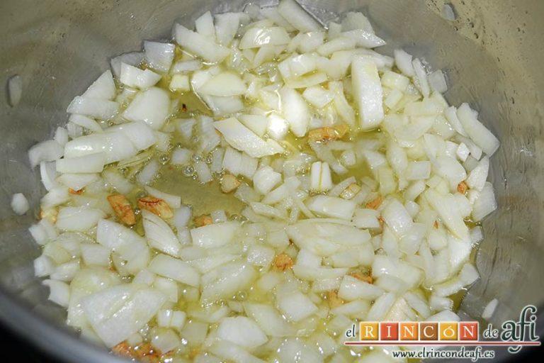 Pasta al ragú napolitano, añadir la cebolleta picada