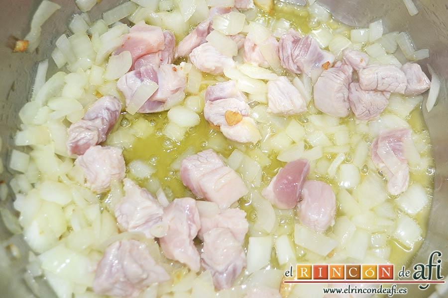 Pasta al ragú napolitano, añadir la carne de cerdo