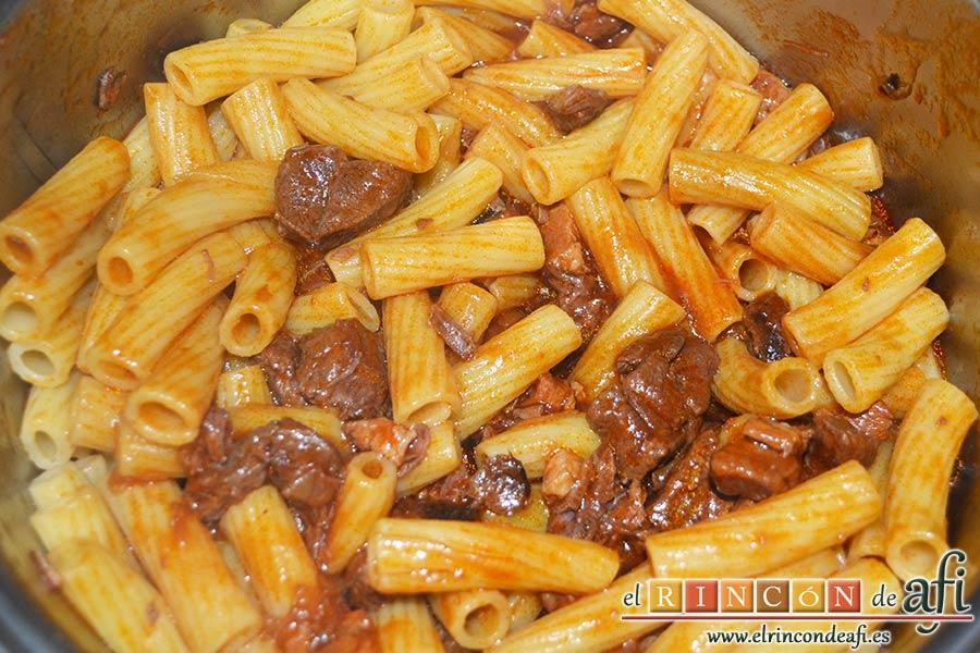 Pasta al ragú napolitano, cuando la carne esté guisada escurrir la pasta y añadirla