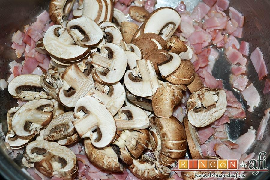 Pasta cremosa con panceta, champiñones y parmesano de Lorraine Pascale, añadir los champiñones