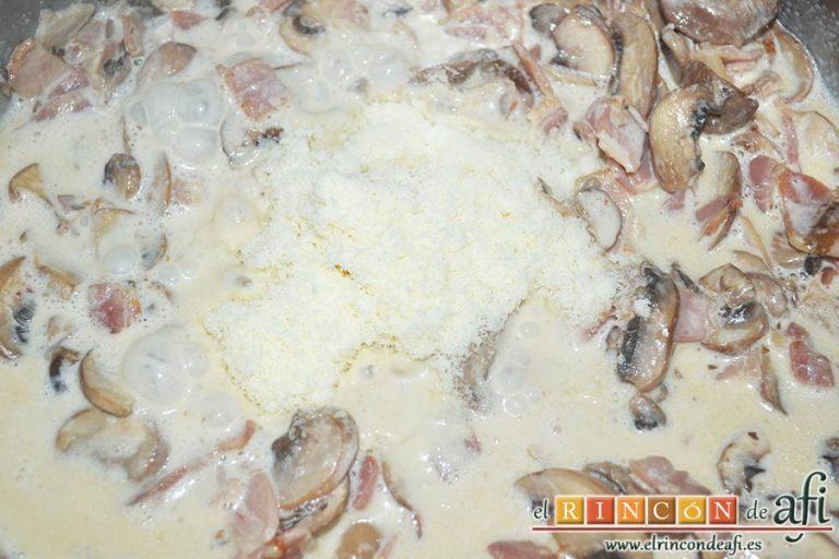 Pasta cremosa con panceta, champiñones y parmesano de Lorraine Pascale, añadir el queso parmesano rallado