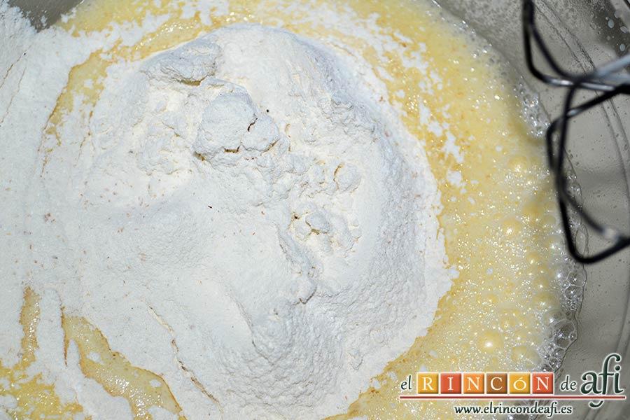 Pastel de pera y manzana, añadir la harina y la levadura tamizadas