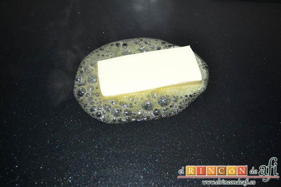 Pechugas de codorniz a la provenzal con setas, derretir mantequilla en una plancha