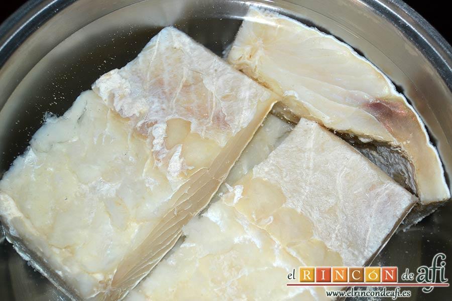 Pisto con bacalao y ajos tiernos, desalar los lomos de bacalao