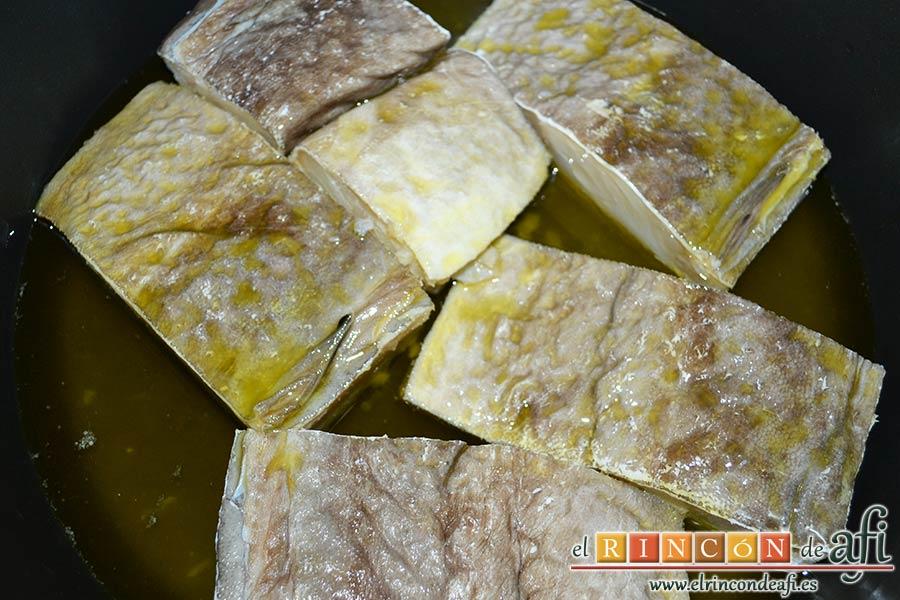 Pisto con bacalao y ajos tiernos, poner a confitar en un caldero con abuntante aceite de oliva a baja temperatura