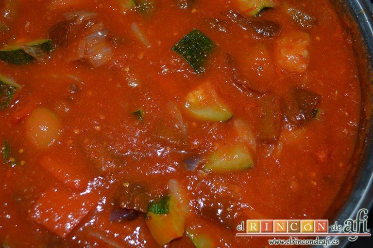 Pisto con bacalao y ajos tiernos, mezclar hasta integrar todos los ingredientes