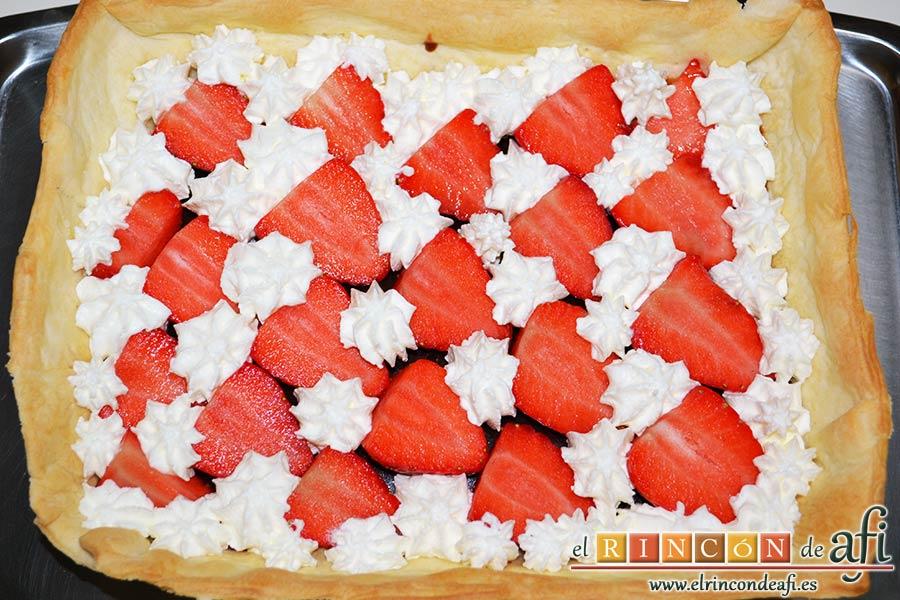 Tarta sorpresa de fresas y nata, montar nata e ir cubriendo los huecos para que no se vea el chocolate