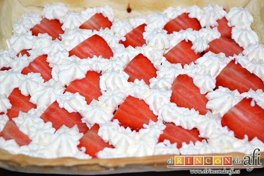 Tarta sorpresa de fresas y nata, tapar bien los huecos