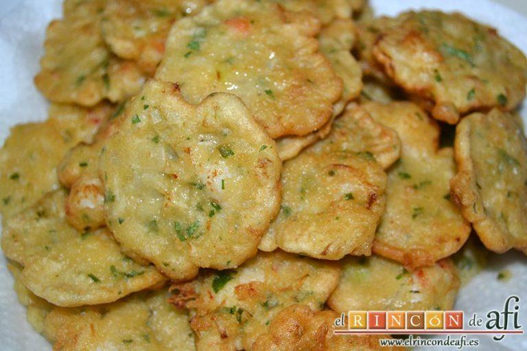 Tortillitas de gambones, poner sobre papel de cocina para absorber el exceso de aceite
