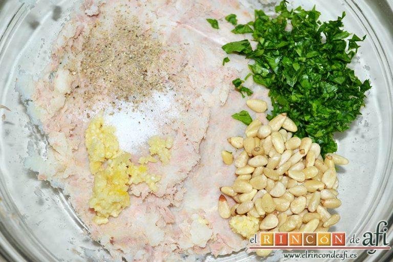 Tortitas de atún y papas, añadir la sal y pimienta, el diente de ajo prensado, los piñones y el perejil picadito
