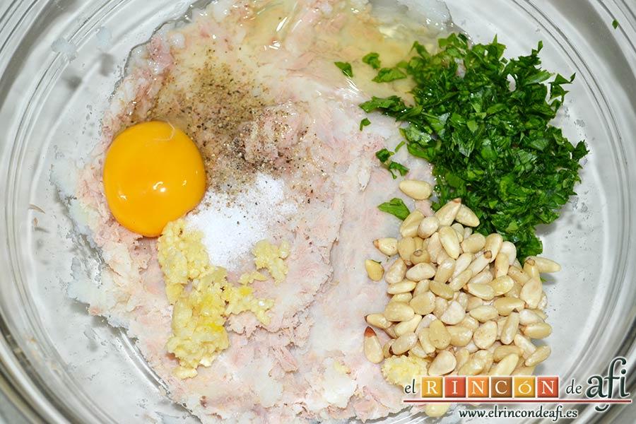 Tortitas de atún y papas, añadir el huevo