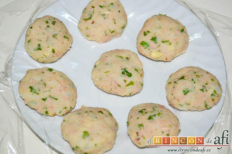 Tortitas de atún y papas, con ayuda de dos cucharas y las manos ir haciendo bolitas y aplastarlas