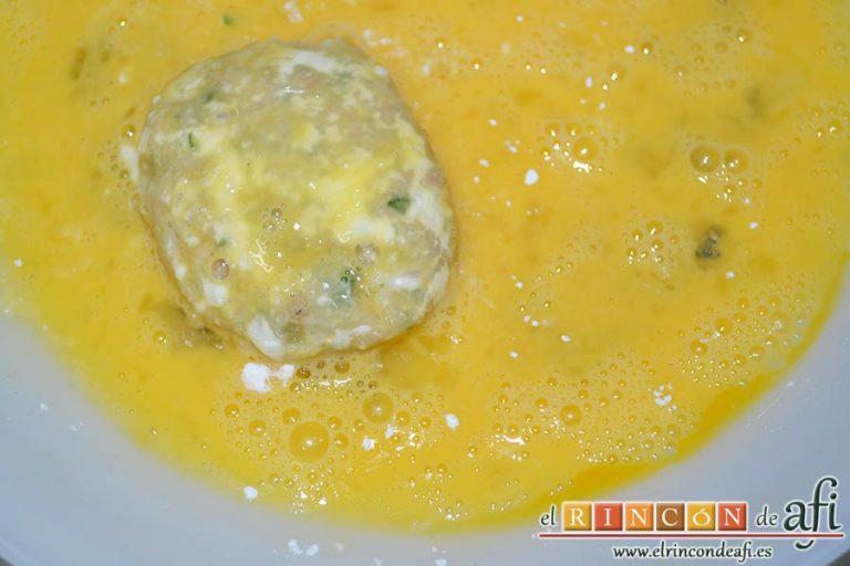 Tortitas de atún y papas, pasarlas por huevo batido