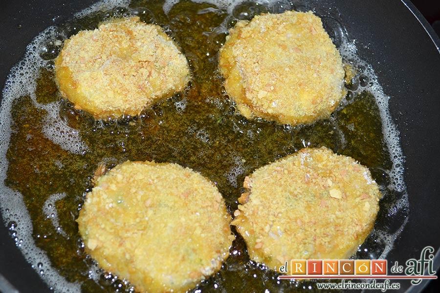 Tortitas de atún y papas, freírlas en aceite de oliva