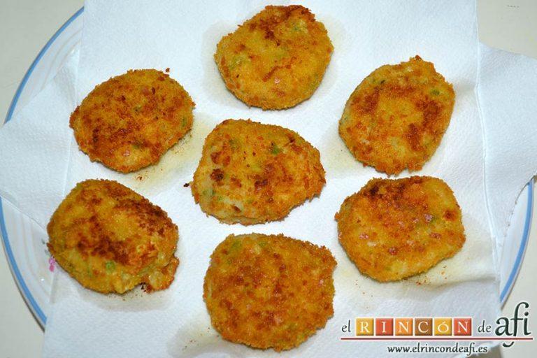 Tortitas de atún y papas, ponerlas sobre papel absorbente para eliminar el exceso de aceite