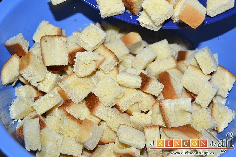 Tostadas francesas en taza, verter todo el pan sobre la mezcla