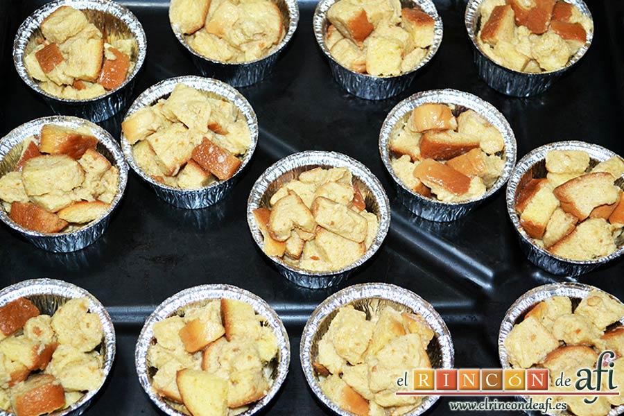 Tostadas francesas en taza, rellenar los moldes preparados, teniendo cuidado para que no se rompa el pan