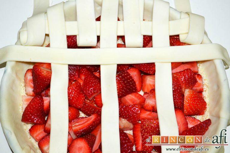 Tarta de fresas y almendras, colocar las horizontales pasándolas por arriba y por abajo de las verticales