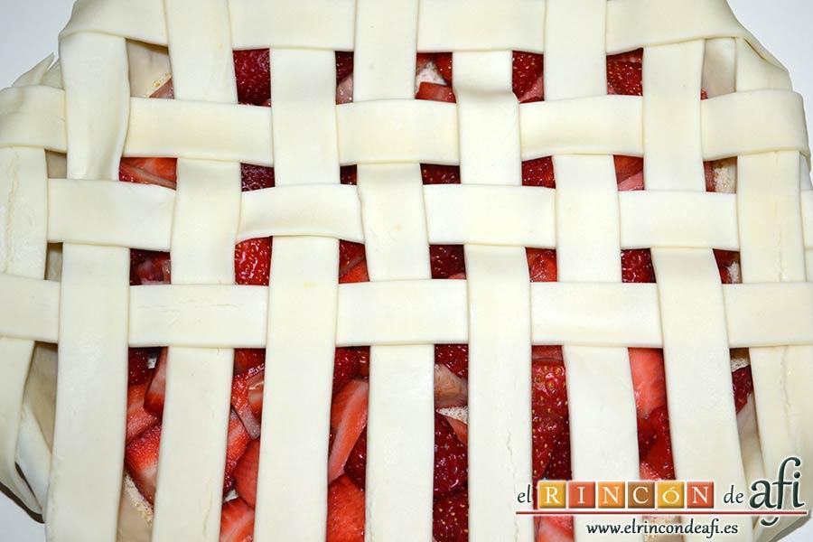 Tarta de fresas y almendras, seguir con el enrejado