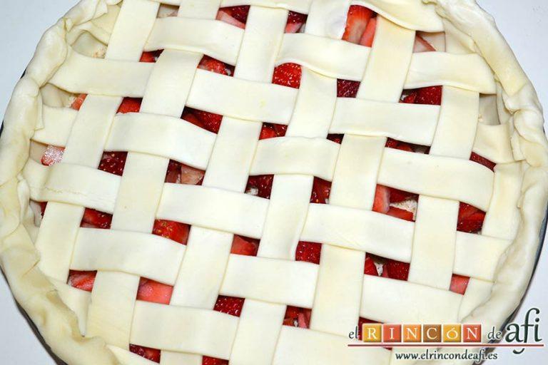 Tarta de fresas y almendras, plegar los bordes sobrantes hasta formar un reborde