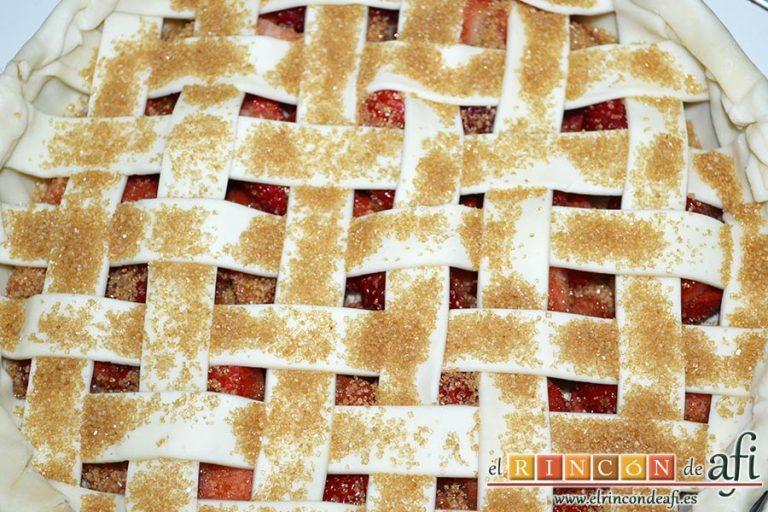 Tarta de fresas y almendras, espolvorear con azúcar moreno