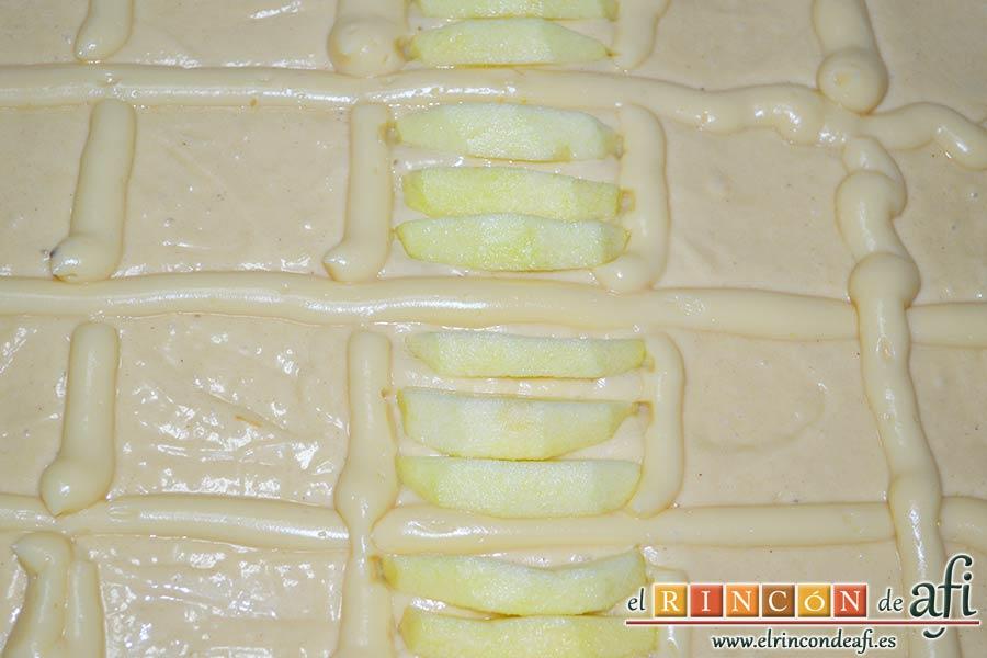 Bizcocho de manzana y crema pastelera, con ayuda de una manga pastelera formar rejillas con la crema