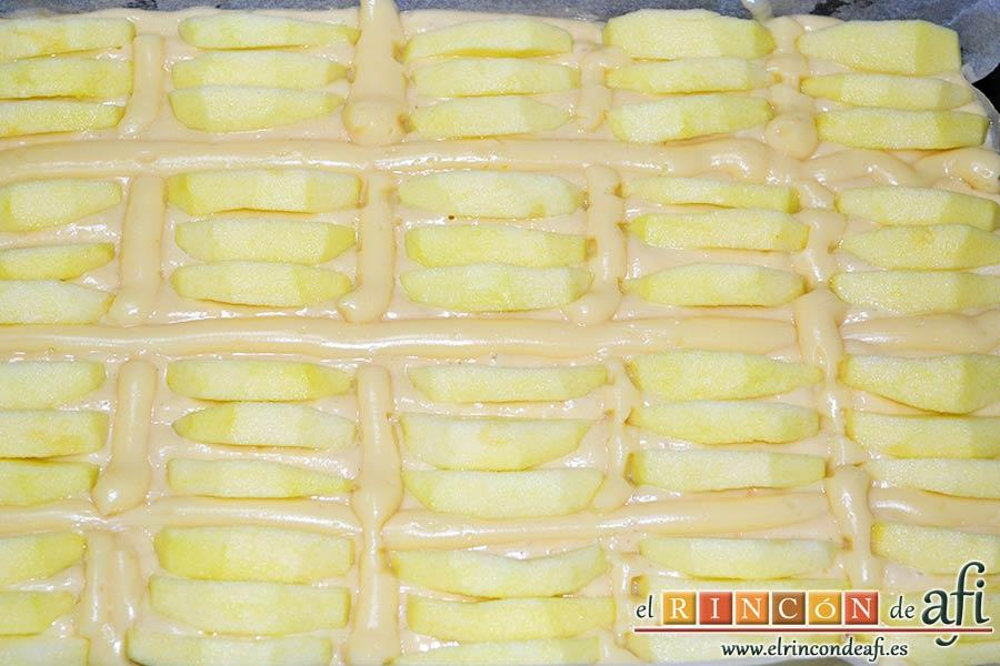 Bizcocho de manzana y crema pastelera, cubrir los huecos con los gajos de manzana