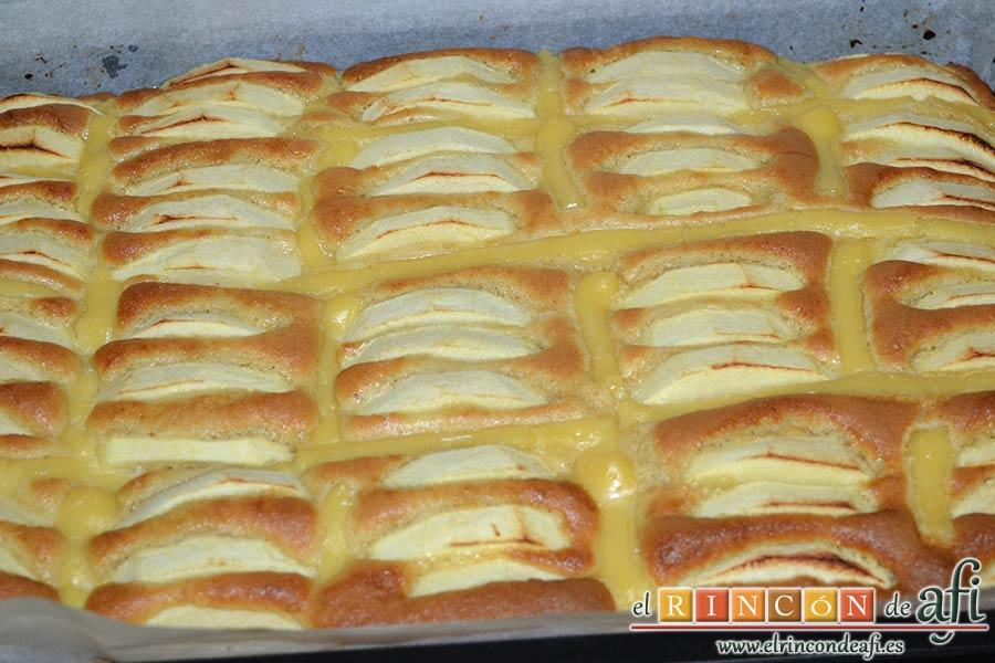 Bizcocho de manzana y crema pastelera, hornear y dejar enfriar