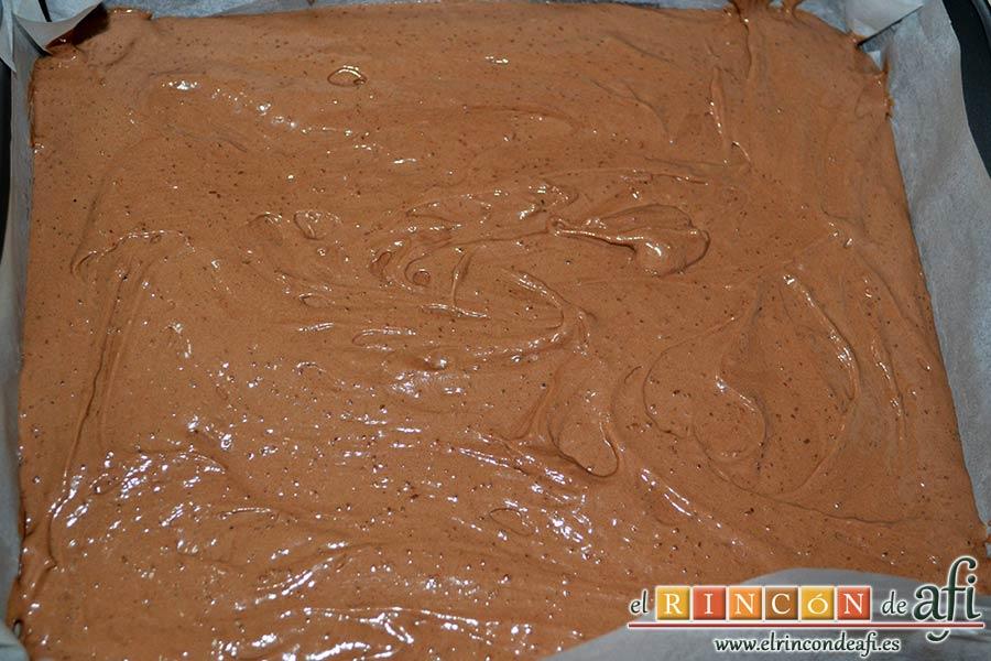 Brownie de Nutella, forrar bandeja de horno con papel de hornear y verter la mezcla