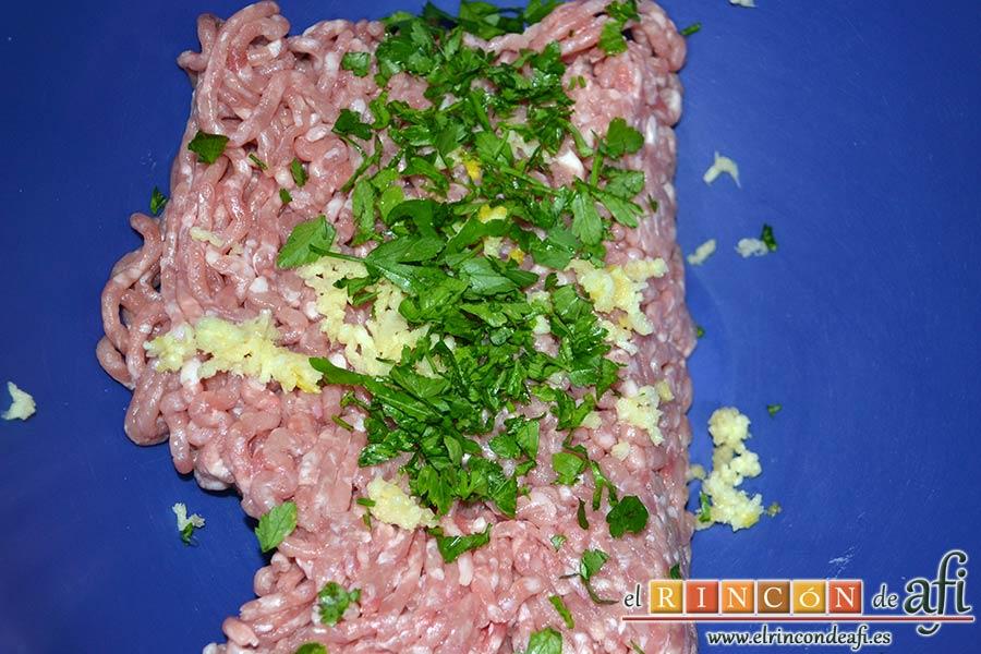 Fusilli con salsa de pimientos de piquillo y minialbóndigas, poner en un bol las carnes molidas, los ajos prensados y el perejil picado