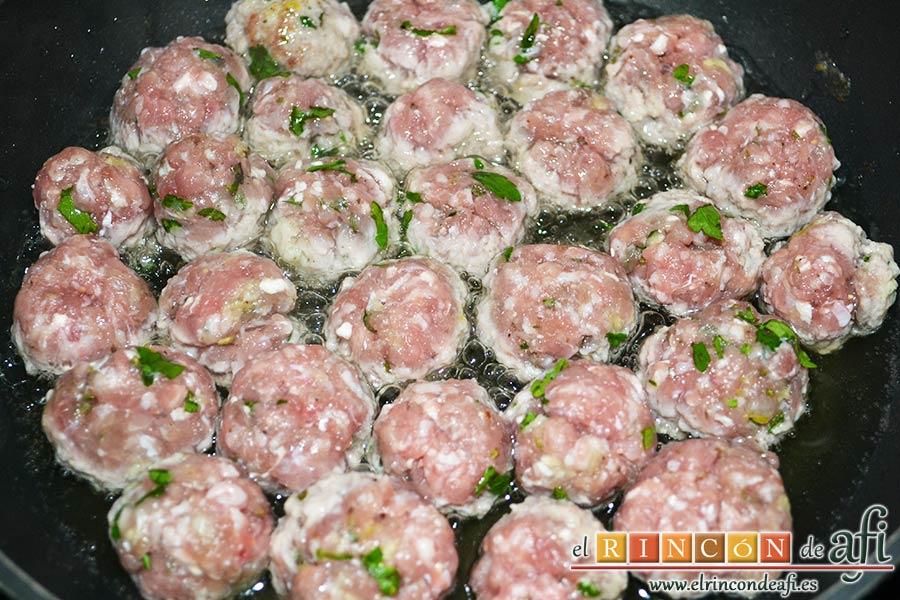 Fusilli con salsa de pimientos de piquillo y minialbóndigas, freír las albóndigas en una sartén con aceite de oliva