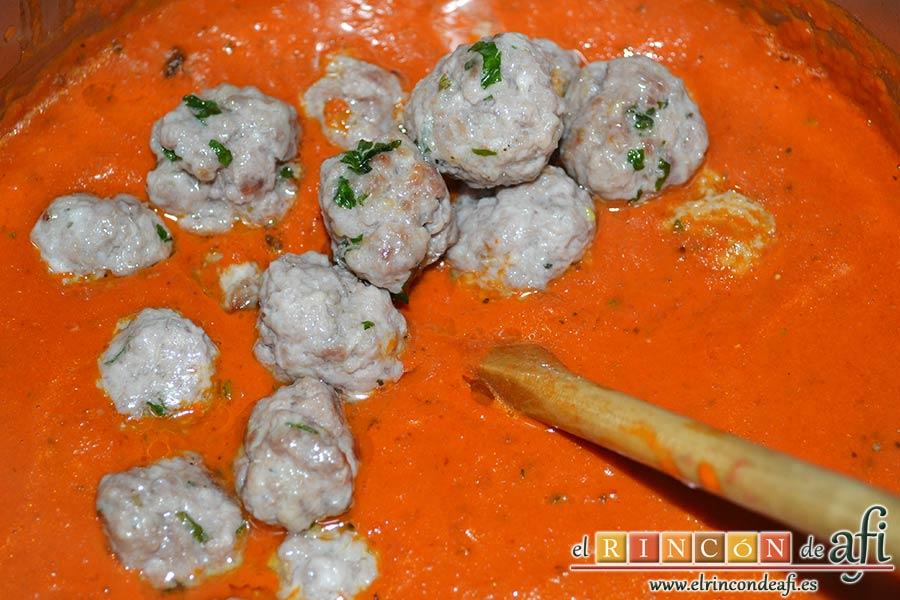 Fusilli con salsa de pimientos de piquillo y minialbóndigas, una vez hechas añadirlas a la salsa