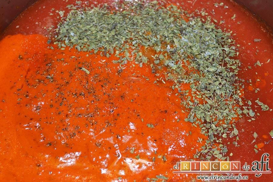 Fusilli con salsa de pimientos de piquillo y minialbóndigas, volcar la salsa a un caldero, añadir el aceite sobrante de los ajos, orégano, salpimentamos al gusto y dejar guisar a fuego moderado