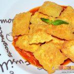 Raviolis empanados con salsa de tomate, atún y bacon