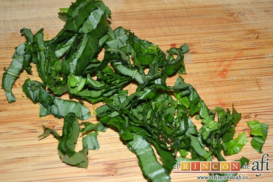 Raviolis empanados con salsa de tomate, atún y bacon, picar unas hojas de albahaca fresca