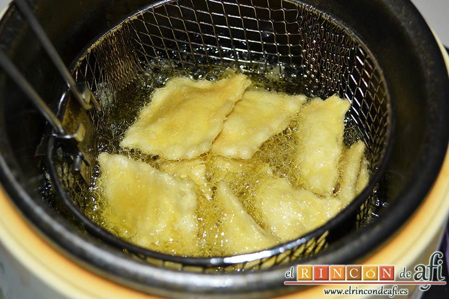 Raviolis empanados con salsa de tomate, atún y bacon, freír los raviolis en aceite de oliva