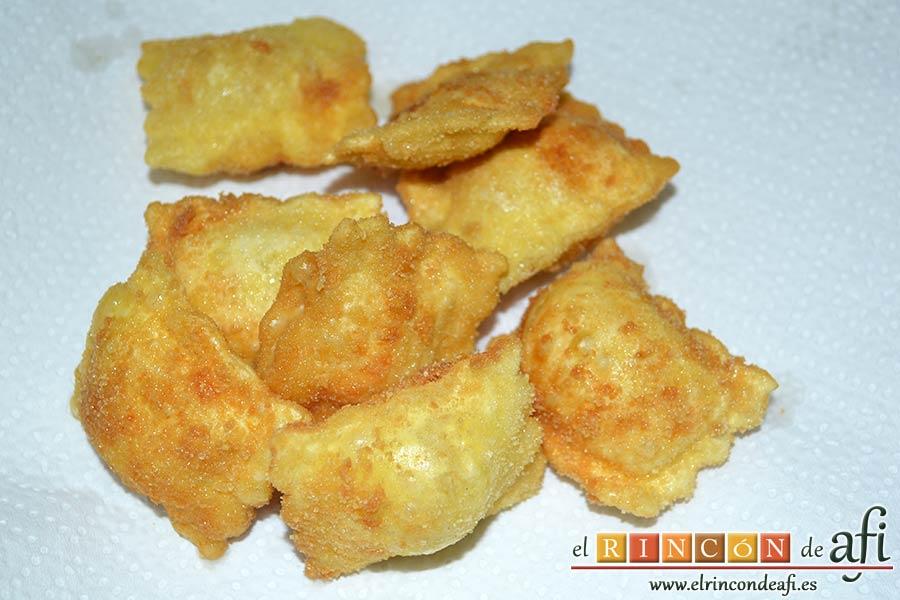 Raviolis empanados con salsa de tomate, atún y bacon, ponerlos sobre papel de cocina para absorber el exceso de aceite