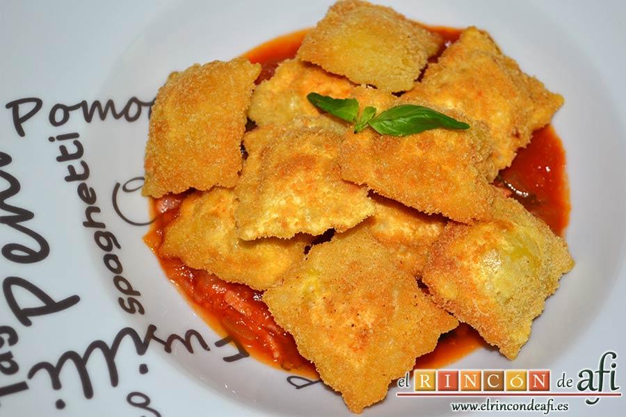 Raviolis empanados con salsa de tomate, atún y bacon, sugerencia de presentación